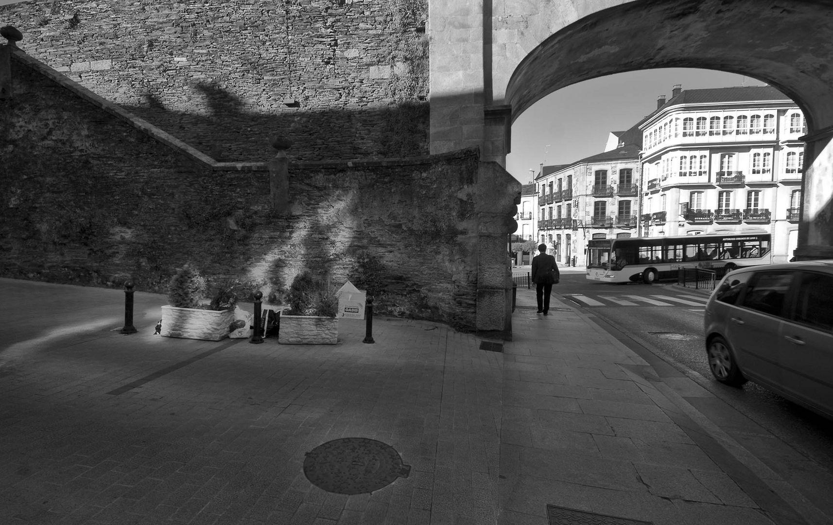 PUERTA DE LAS ESTACIÓN . Muralla romana lucense