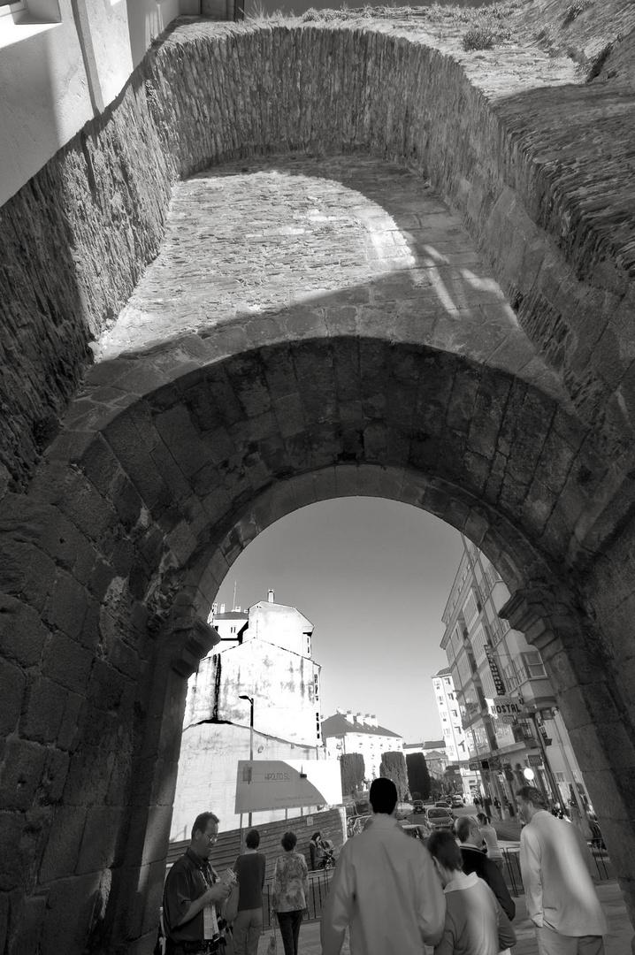 PUERTA DE SAN PEDRO . Muralla romana lucense