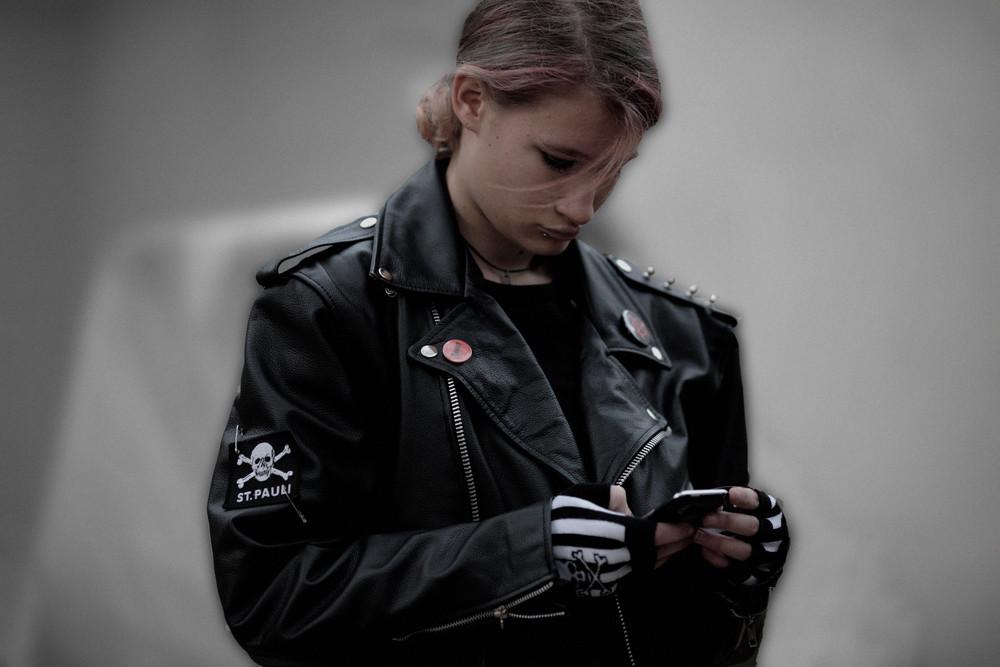 Punkerin bei ihrer Lieblingsbeschäftigung