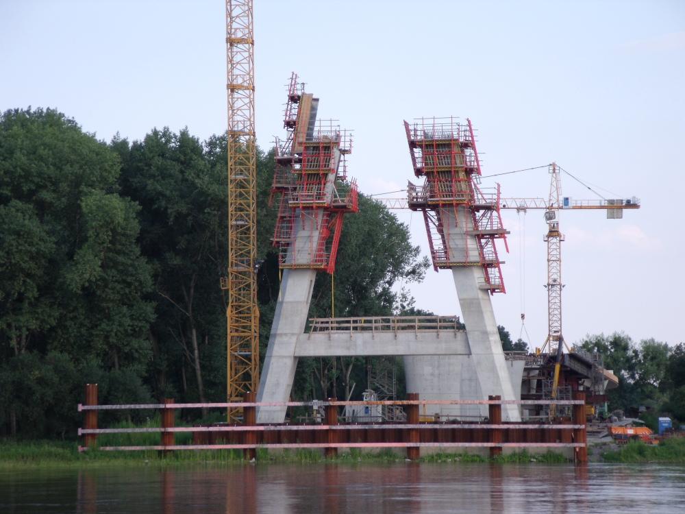 Pylon im Bau