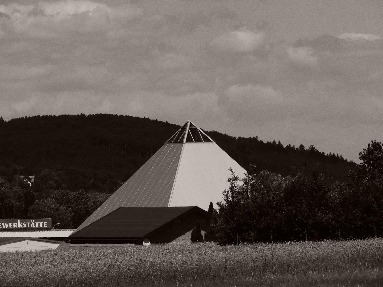 Pyramide als Garage
