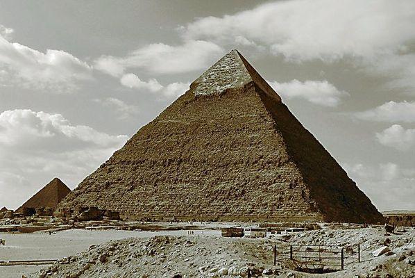 Pyramide in (SEPIA)