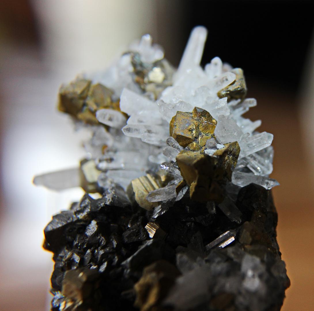 Pyrit auf Nadelquarz