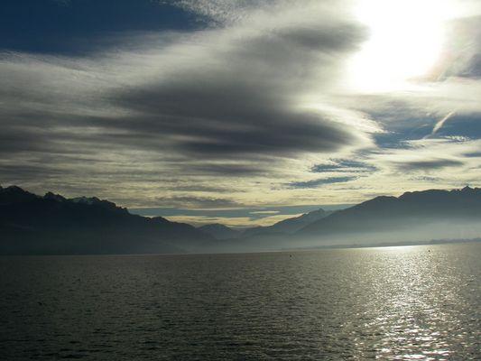 Qaund le soleil veut percer sur le lac D'annecy