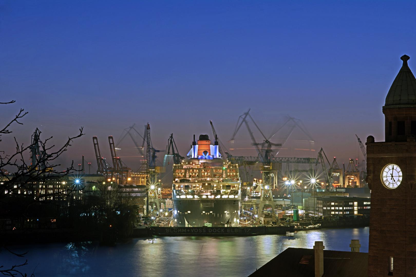 QM2 im Dock Elbe 17