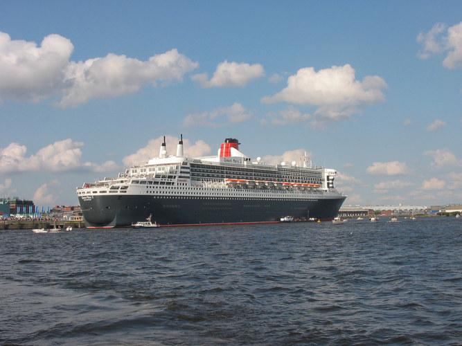 QM2 in Hamburg