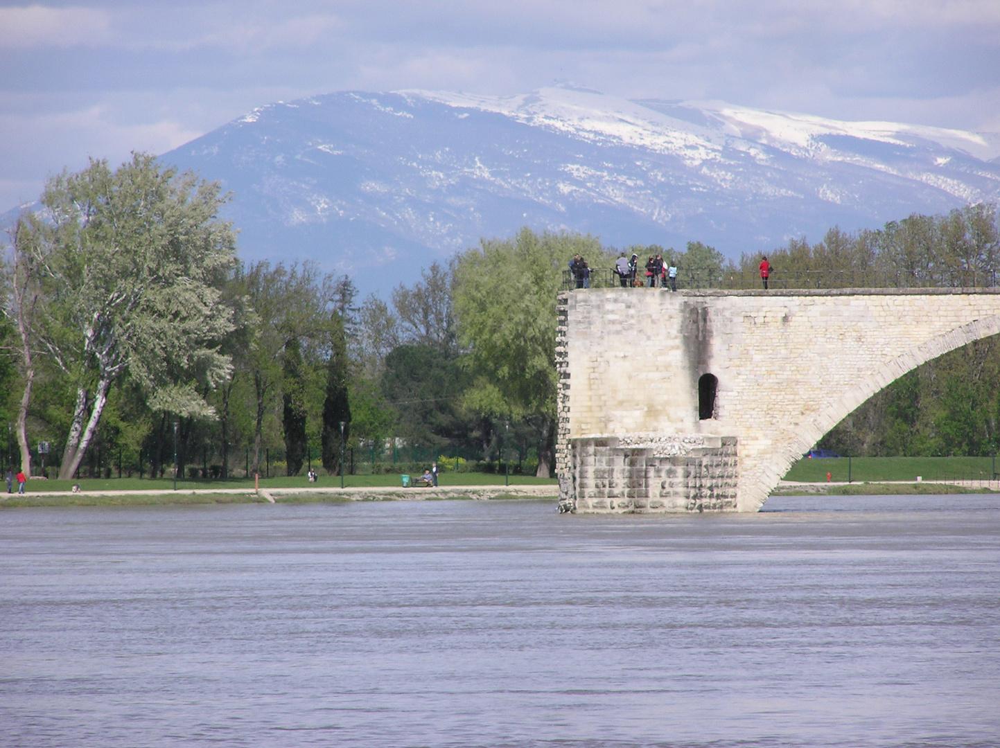 Quand le Pont St Benezeth s'abrite sous le mont Ventoux