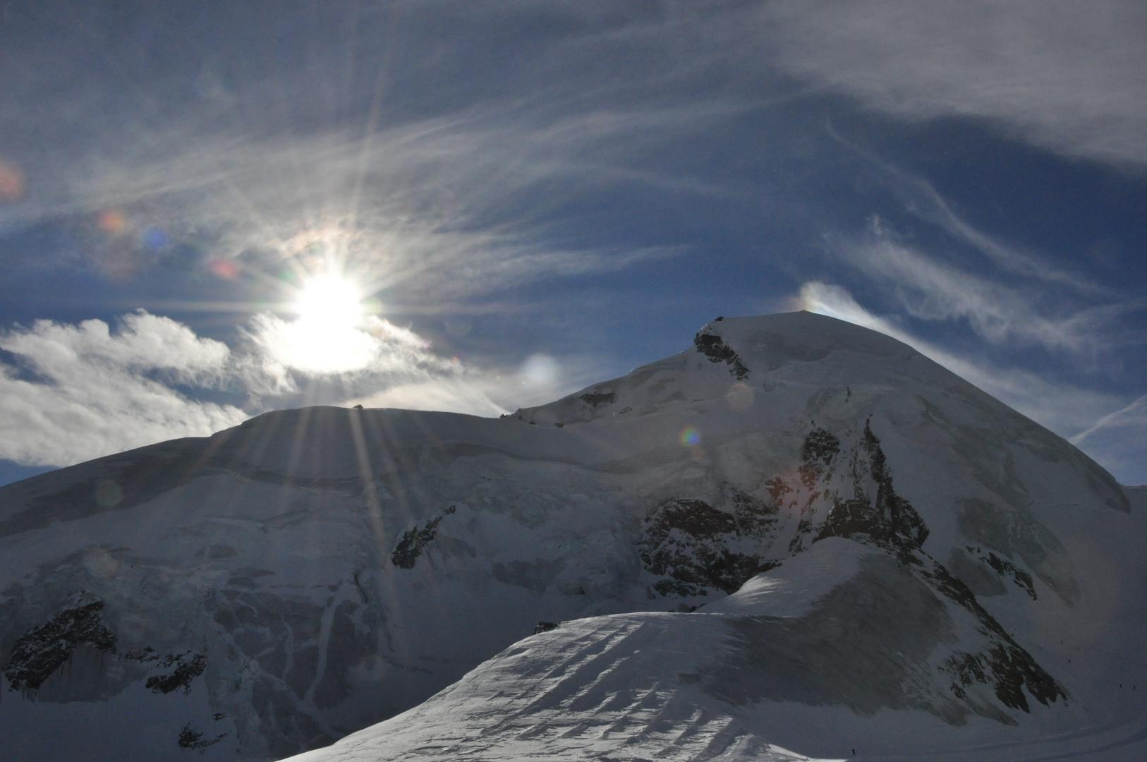 Quand montagnes et nuages ondoient dans le soleil