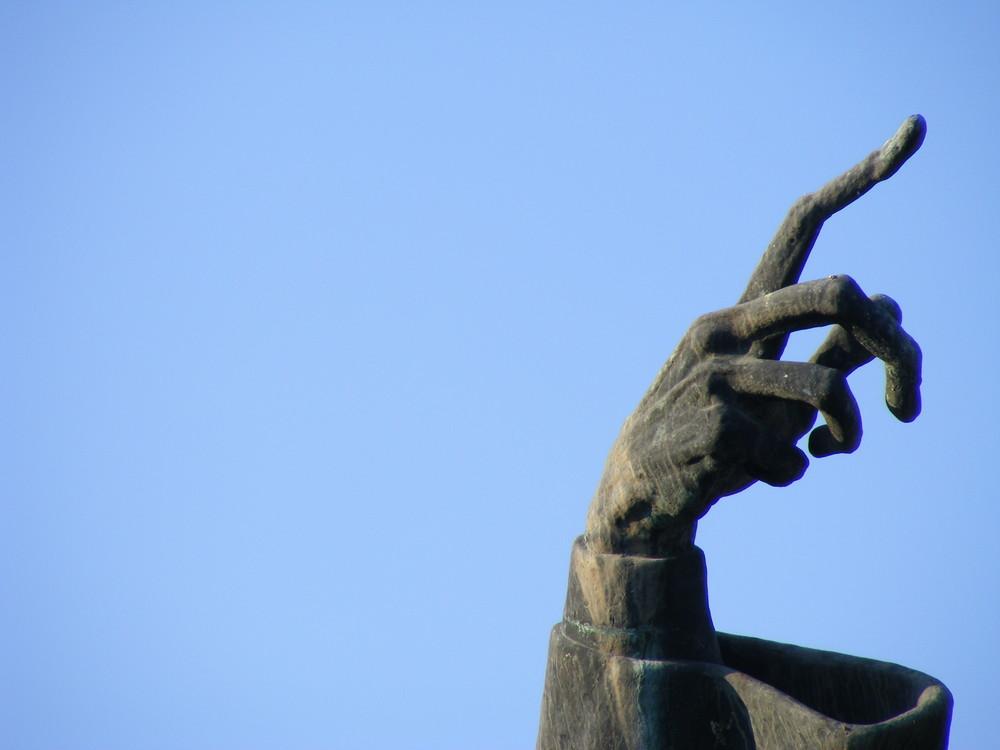 Quando il dito indica la luna, lo sciocco guarda il dito.