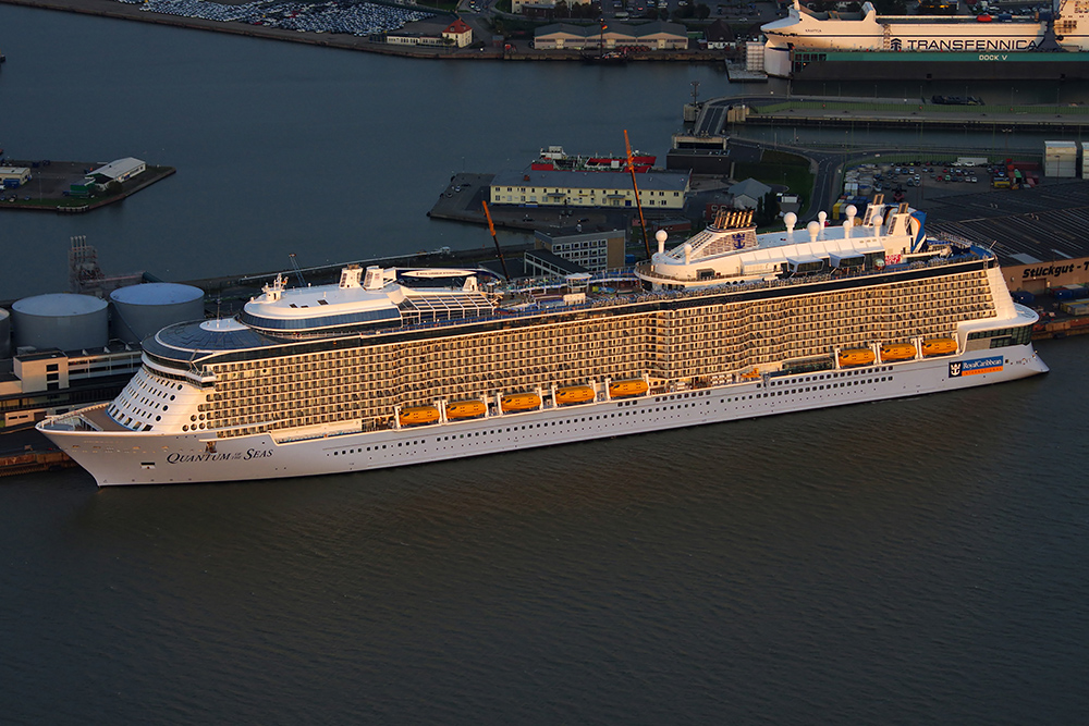 Quantum of the Seas im Sonnenuntergang in Bremerhaven