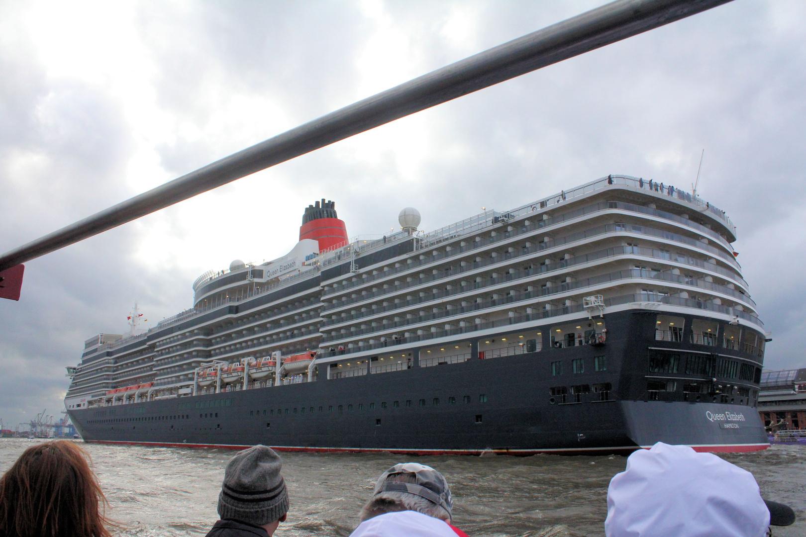 Queen Elisabeth auf der Auslaufparade auf dem Hamburgerhafengeburtstag 825
