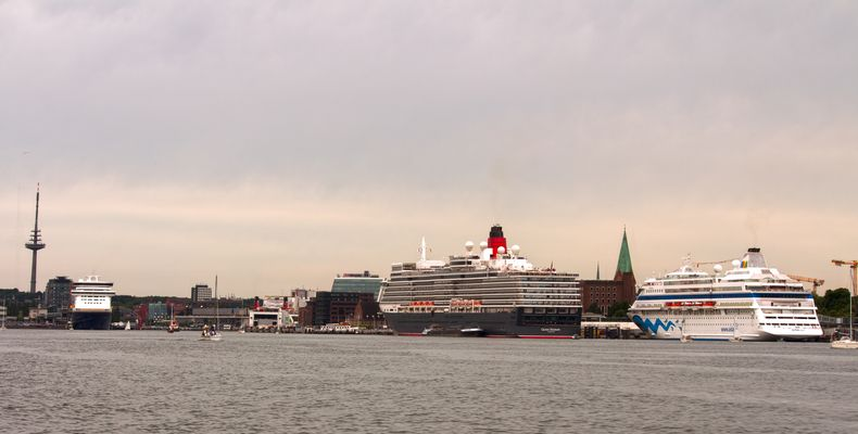 Queen Elizabeth , AIDACara und Color Fantasy in Kiel am 11.07.2015