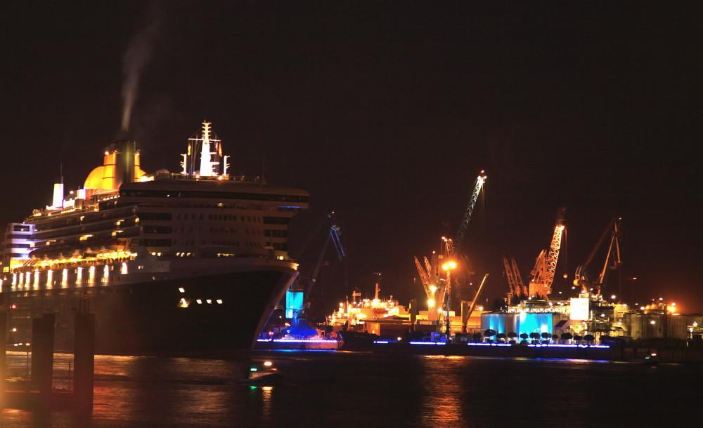 Queen Mary 2 bei den Cruise Days ....auslaufen
