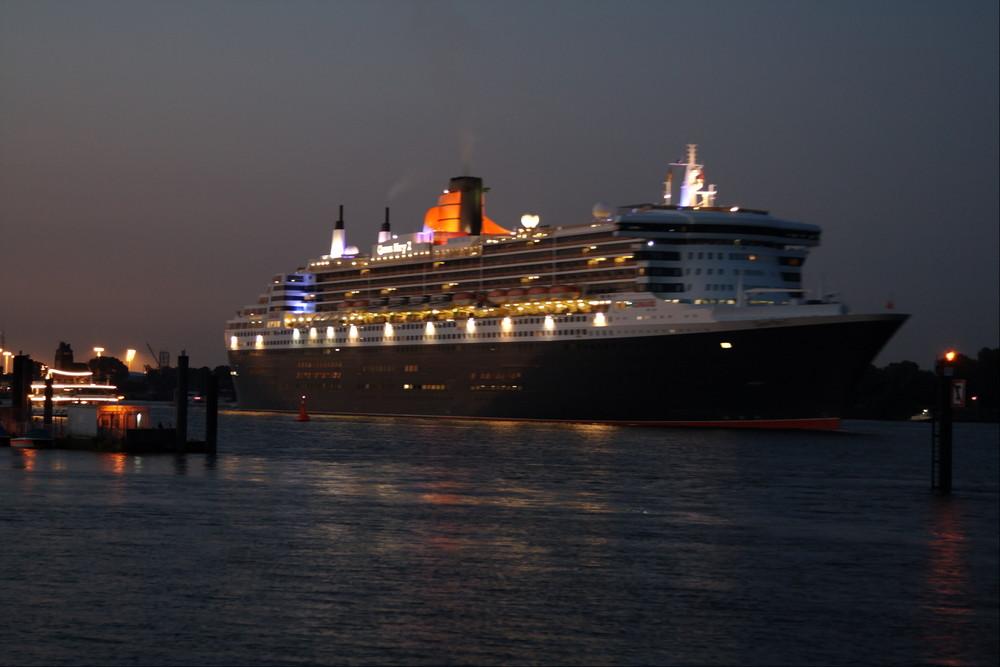 Queen Mary 2 bei den Cruise Days .... Höhe Teufelsbrücke 2