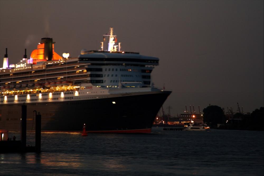 Queen Mary 2 bei den Cruise Days .... Höhe Teufelsbrücke