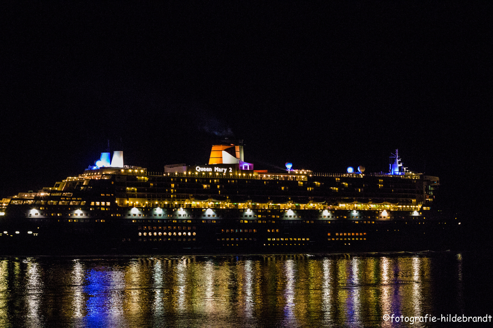 Queen Mary 2 bei Nacht