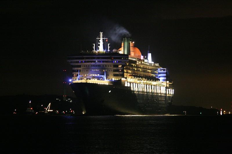 Queen Mary 2 beim Auslaufen -2-