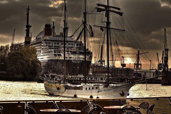 Queen Mary 2 im B+V Dock 17, Hamburg und Mare Frisium (HDR)