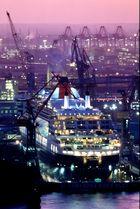 Queen Mary 2 im Dock Blohm & Voss