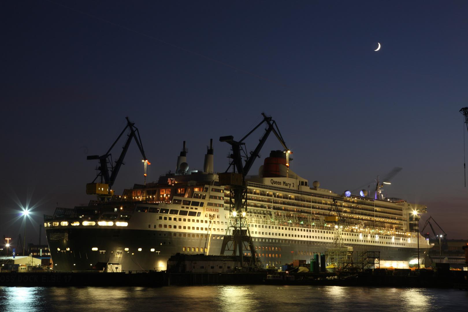 Queen-Mary-2-im-Dock