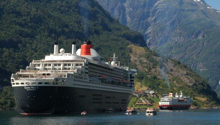 Queen Mary 2 im Geirangerfjord