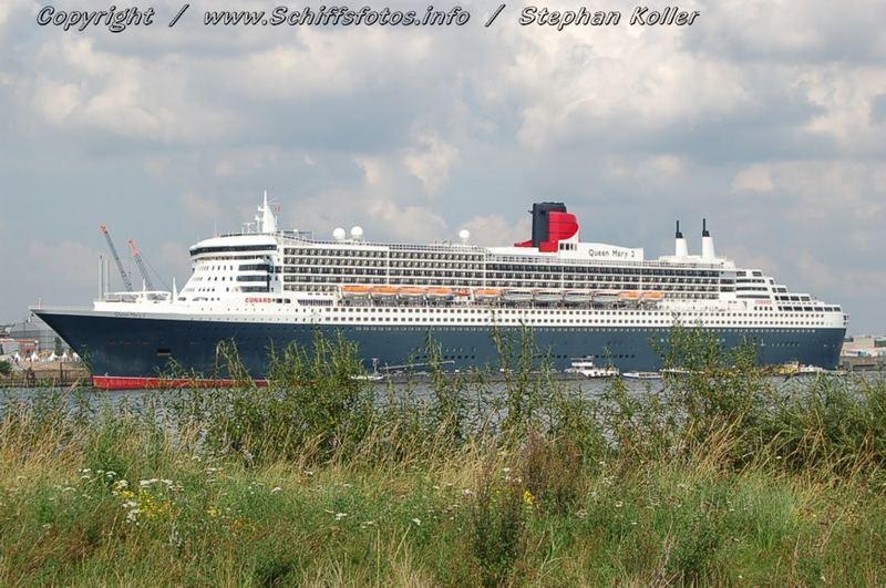 """""""Queen Mary 2"""" in Hamburg."""