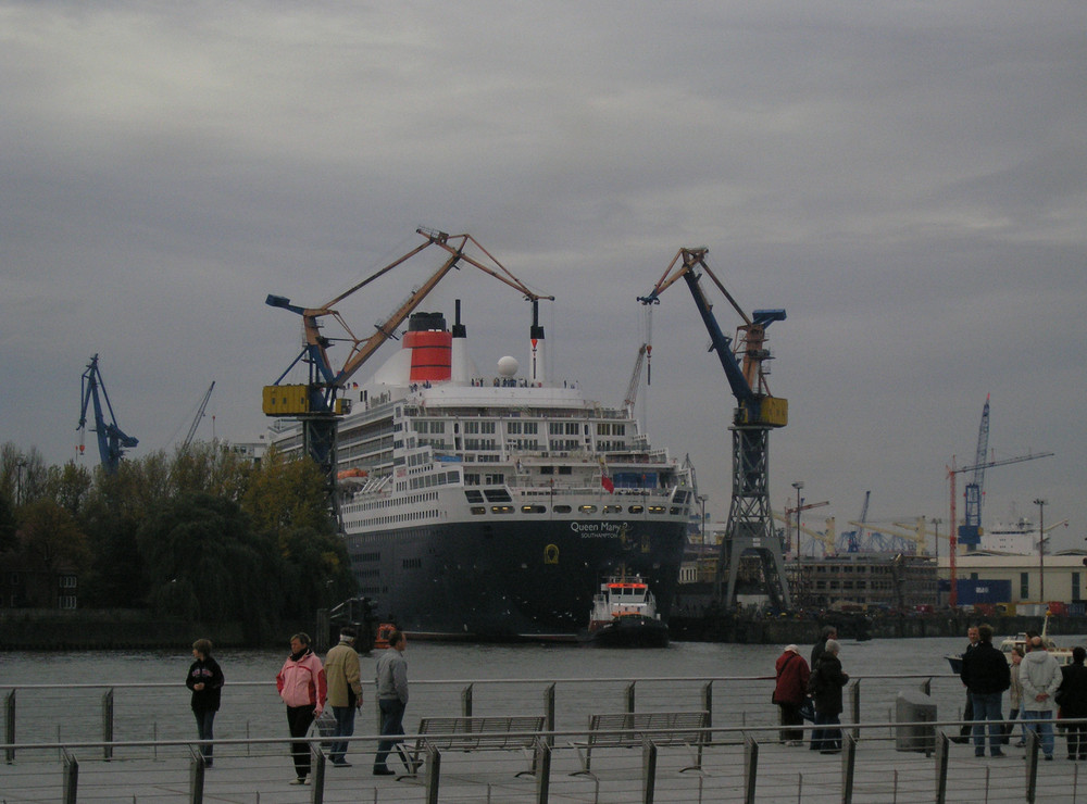 Queen Mary 2 unterwegs ins Dock