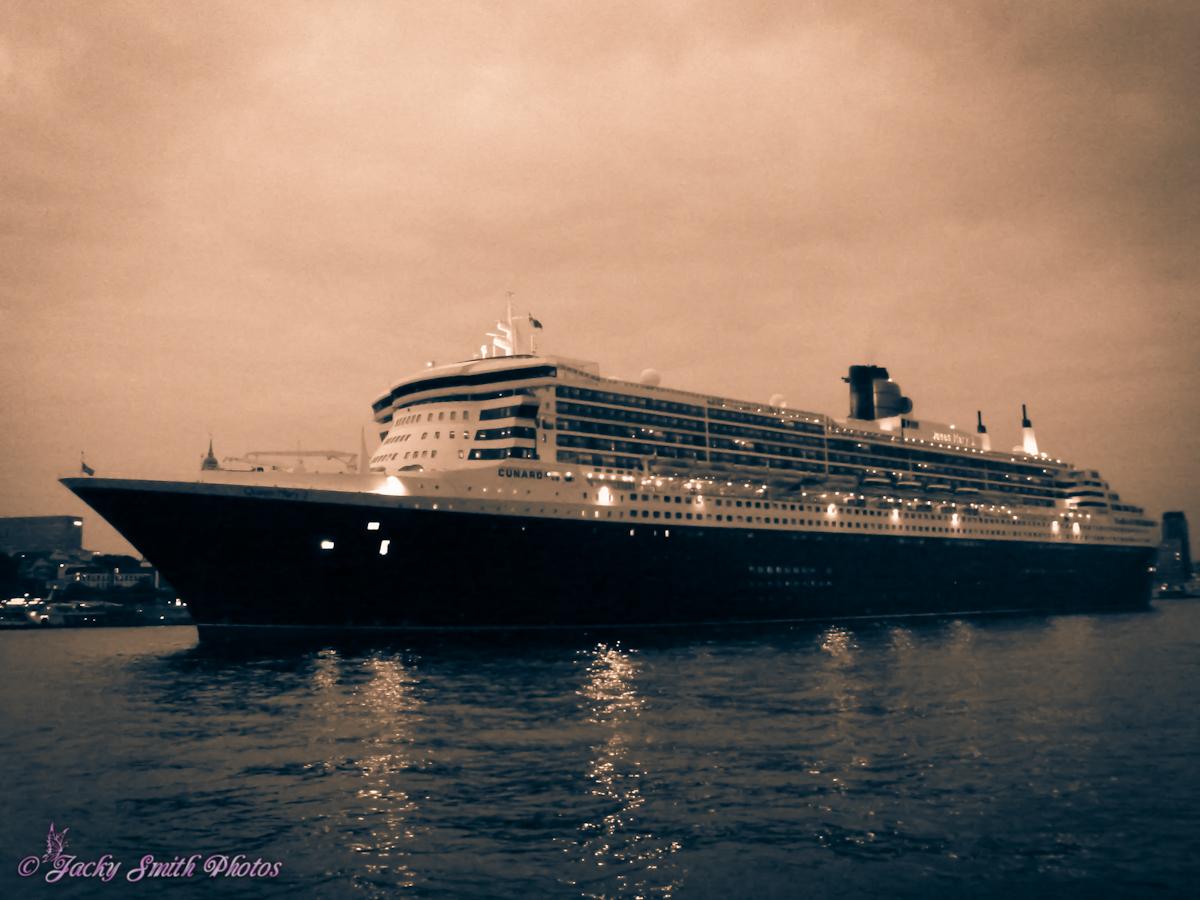 Queen Mary 2 verlässt gerade den Hamburger Hafen