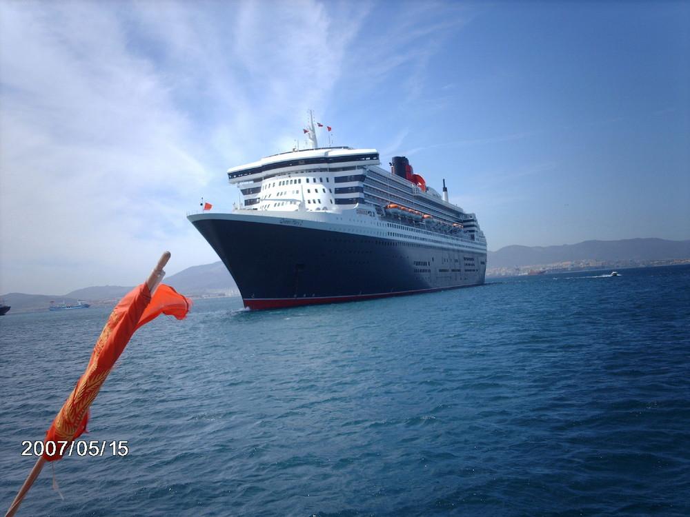 Queen Mary 2 vor Gibralta vom Tenderboot