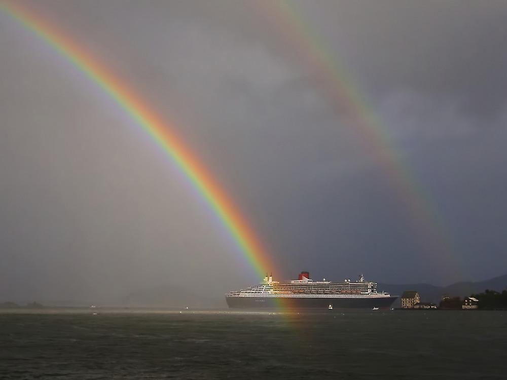 Queen Mary II -Ausfahrt unter dem Regenbogen