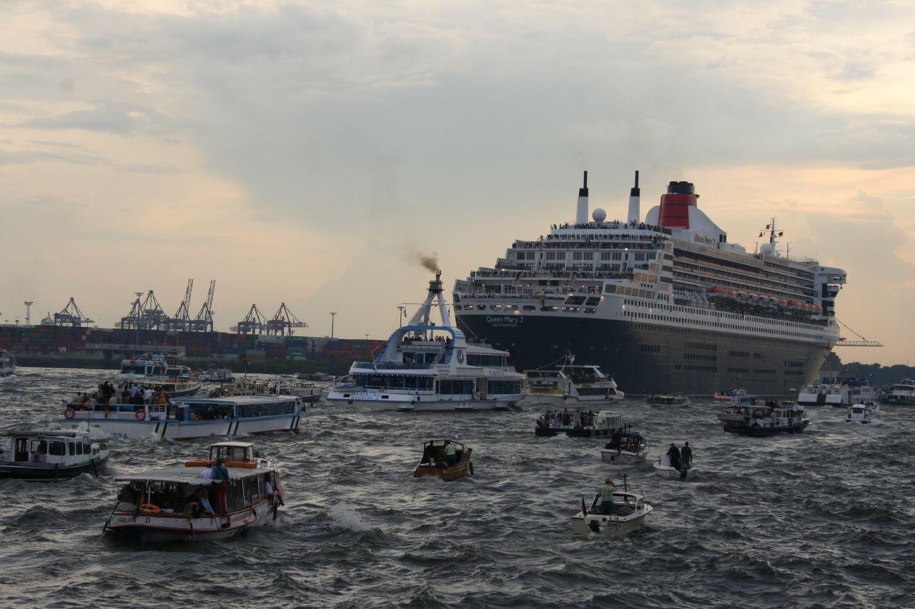 Queen Mary II - Auslauf mit Booten