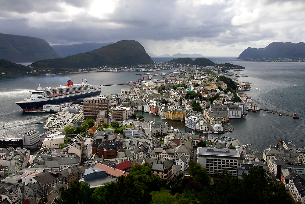 Queen Mary II in Alesund