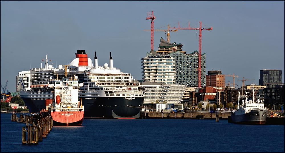 Queen Mary2 am Cruise Center in der Hafen City Hamburg