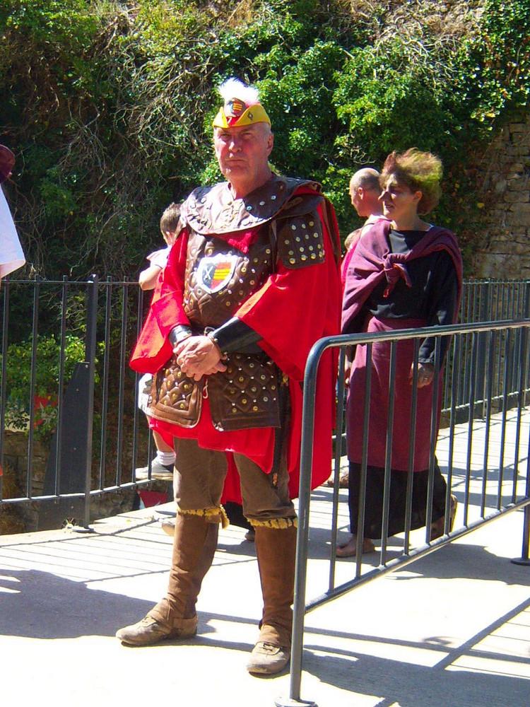 """""""Qui va là ?"""" La garde principautaire à l'entrée du château, sur le pont levis ..."""
