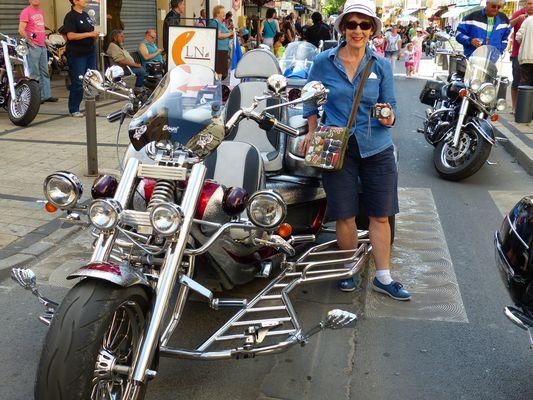 Qui veut faire un tour de moto avec Manouchette?