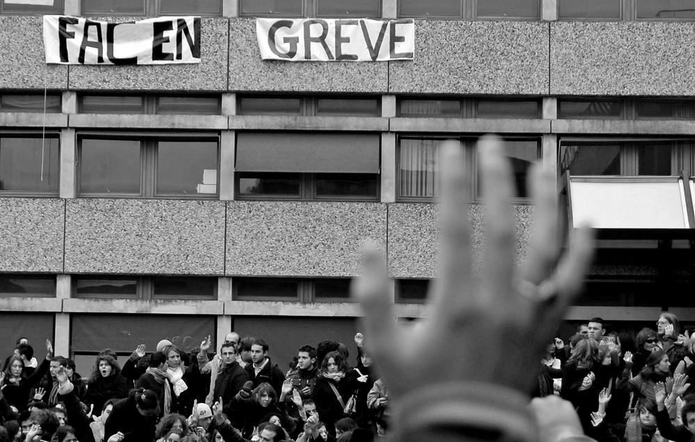 Qui vote pour la grève? levez la main!