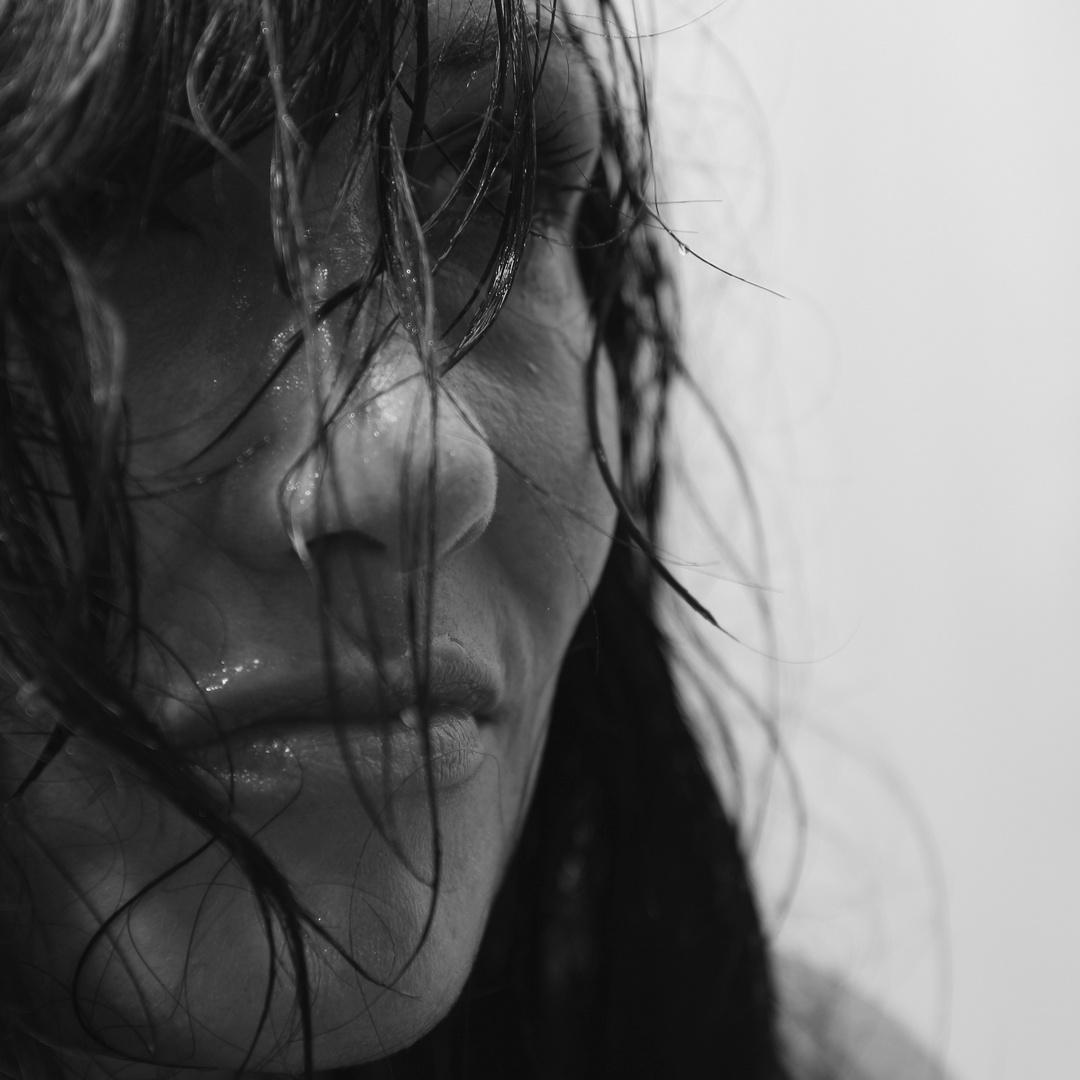 Rachelle aus dem Regen hinter die Linse