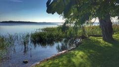 Rad- und Wanderweg mit Blick über den Schweriner See zu den Inseln Kaninchen- und Ziegelwerder
