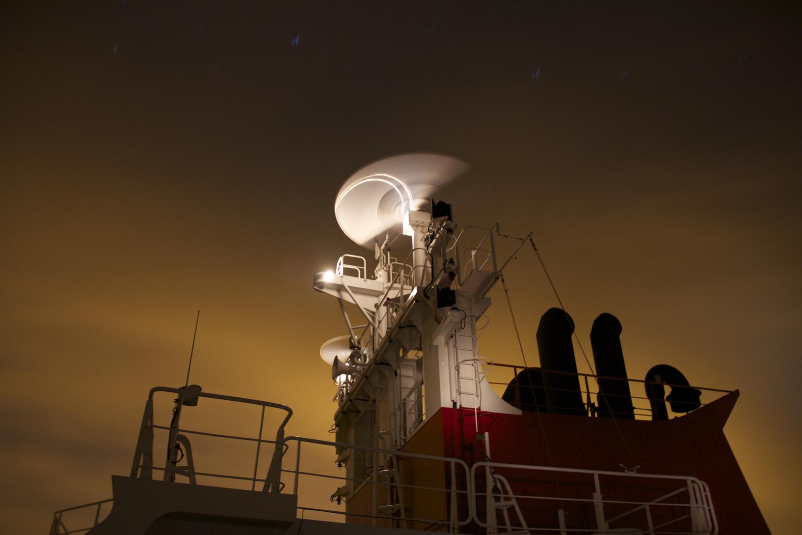 Radarantennen bei Nacht