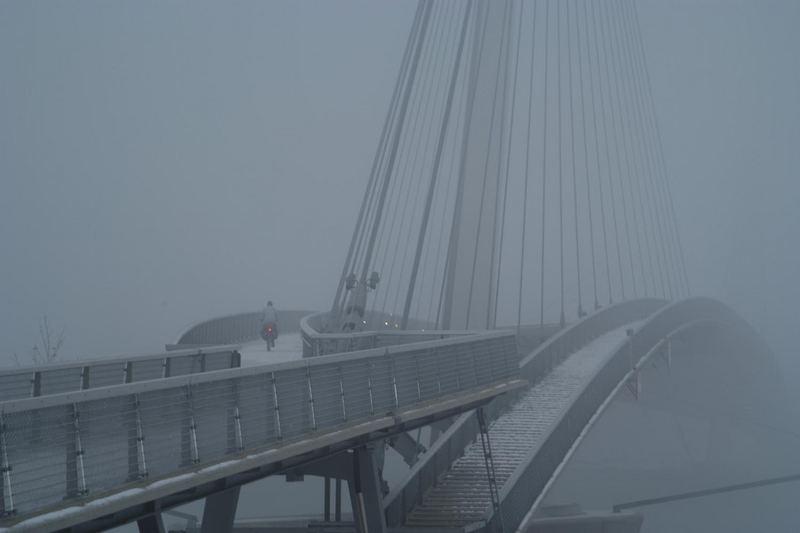Radfahrer über Brücke