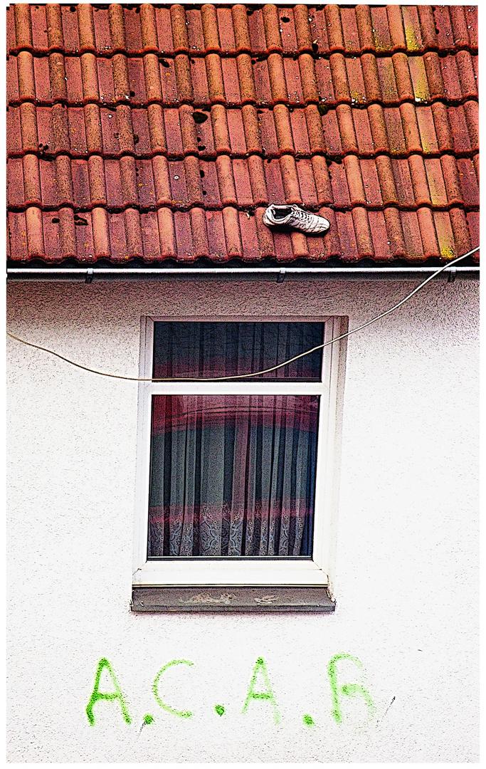 Rätsel des Alltags: Wie kommt der Schuh auf's Dach?
