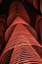 Räucherspiralen in einem Tempel in Vietnam