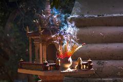 Räucherstaebchen in einer Tempelanlage