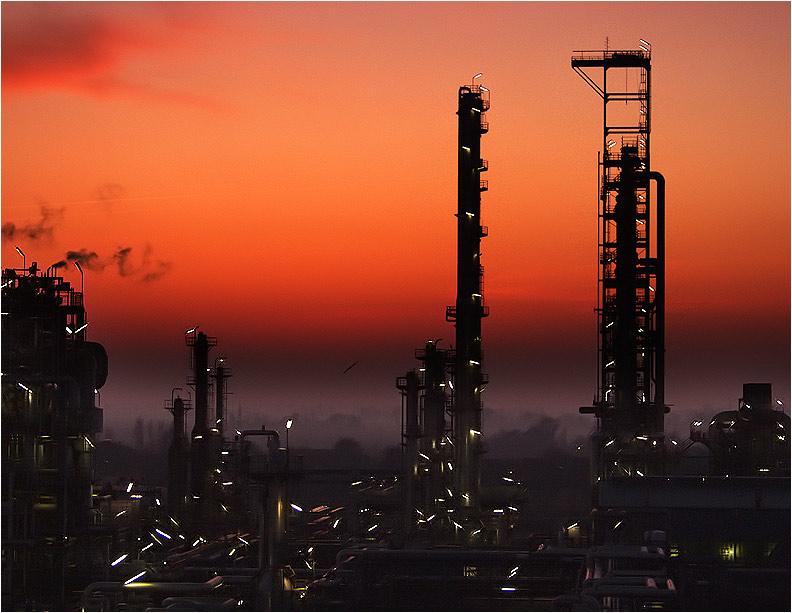 Raffinerie im Abendrot