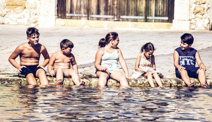 Ragazzi con i piedi in acqua