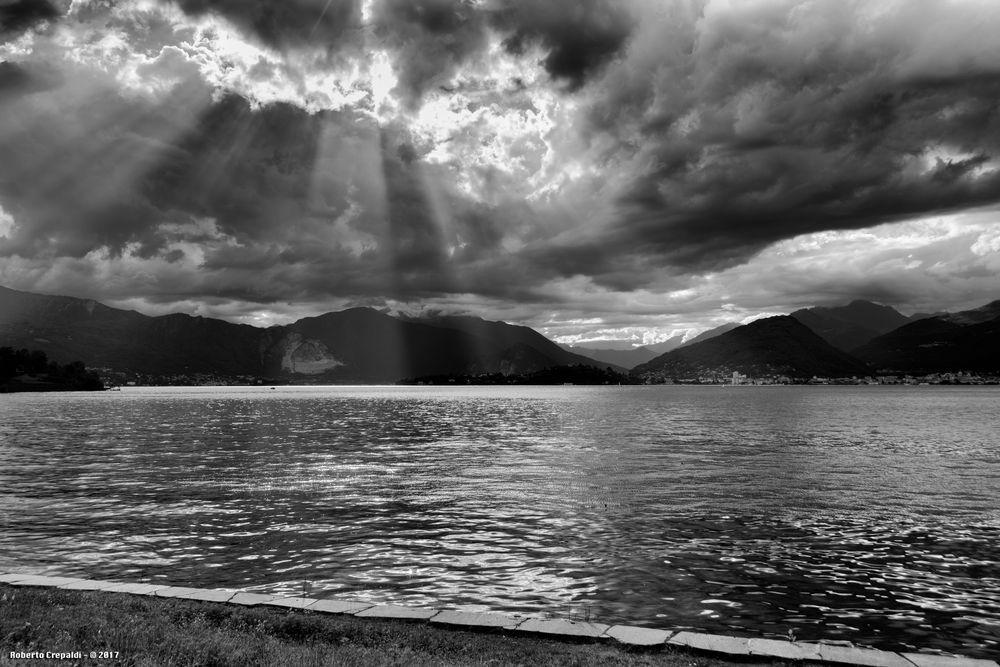 Raggi di sole sul lago Maggiore