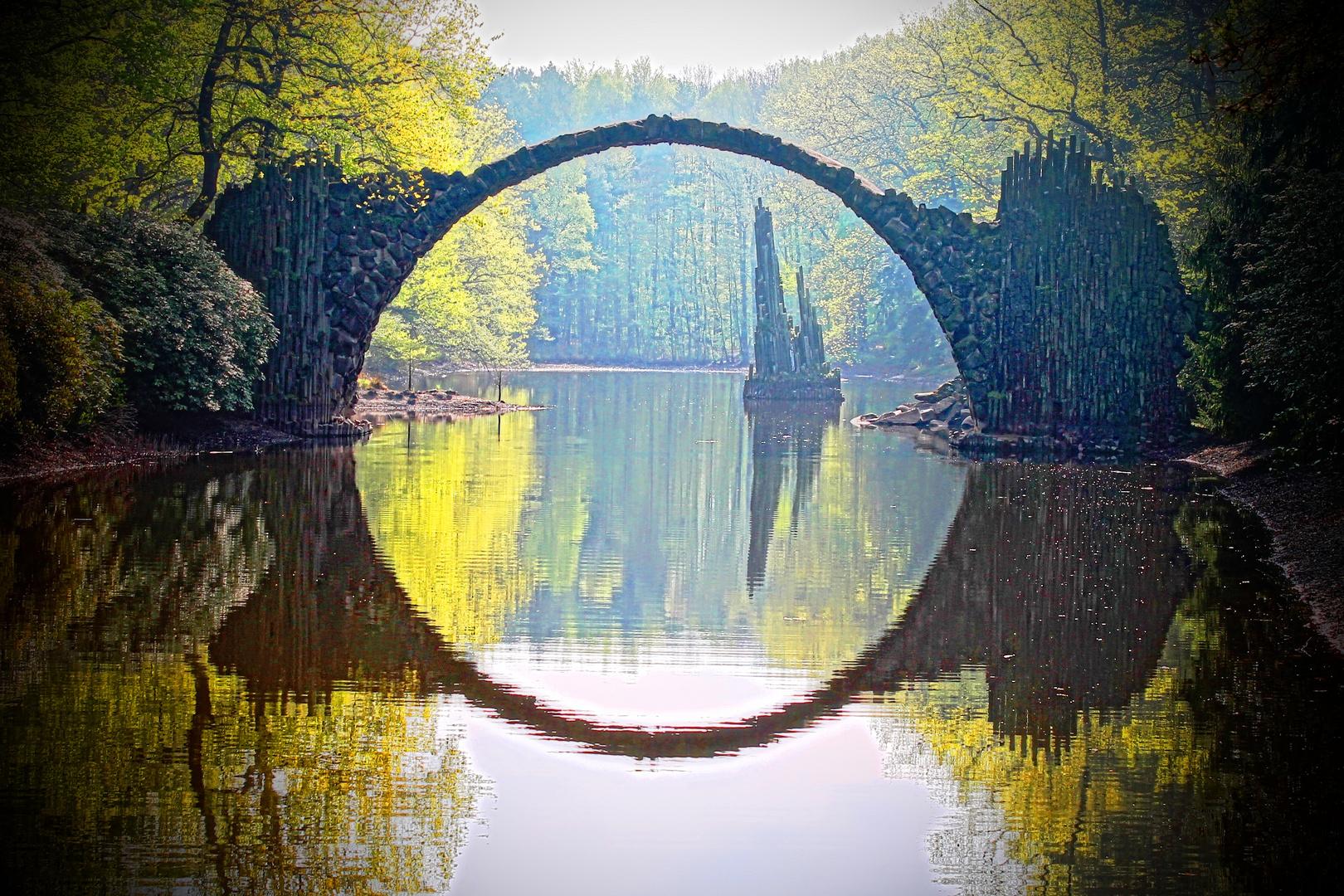 Rakotzbrücke in Kromlau am Morgen