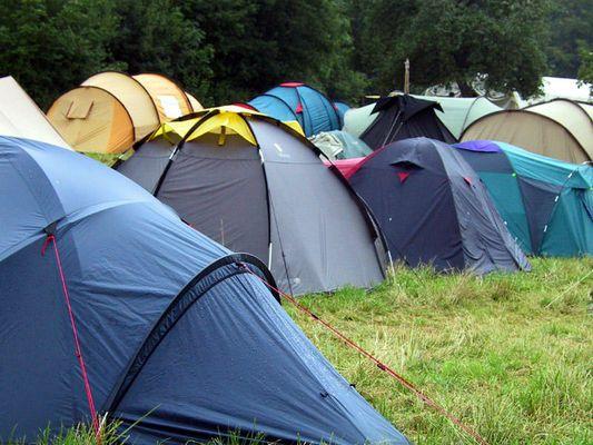 Rasenakne und Pfadfinder Zelt