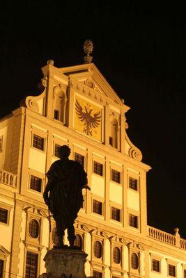 Rathaus Augsburg mit Kaiser Augustus im Vordergrund