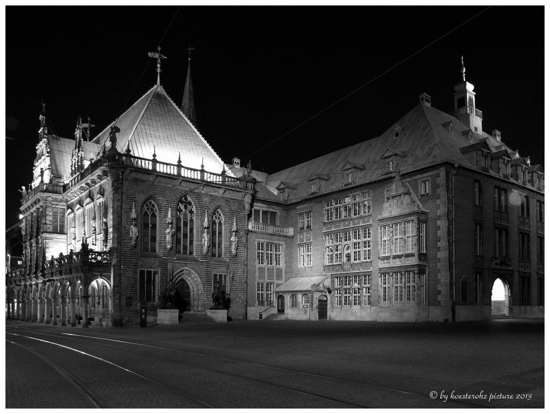 Rathaus bei Nacht.